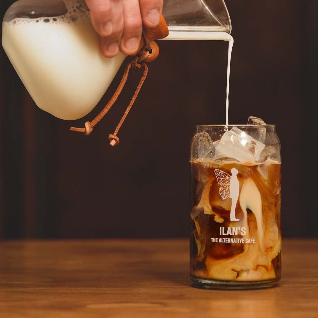 קפה קר של אילנס מוגש בכוס זכוכית